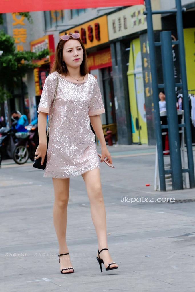 街拍美女姐姐的连衣裙好闪好亮啊!