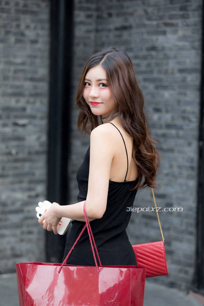 街拍黑色吊带裙气质美女!
