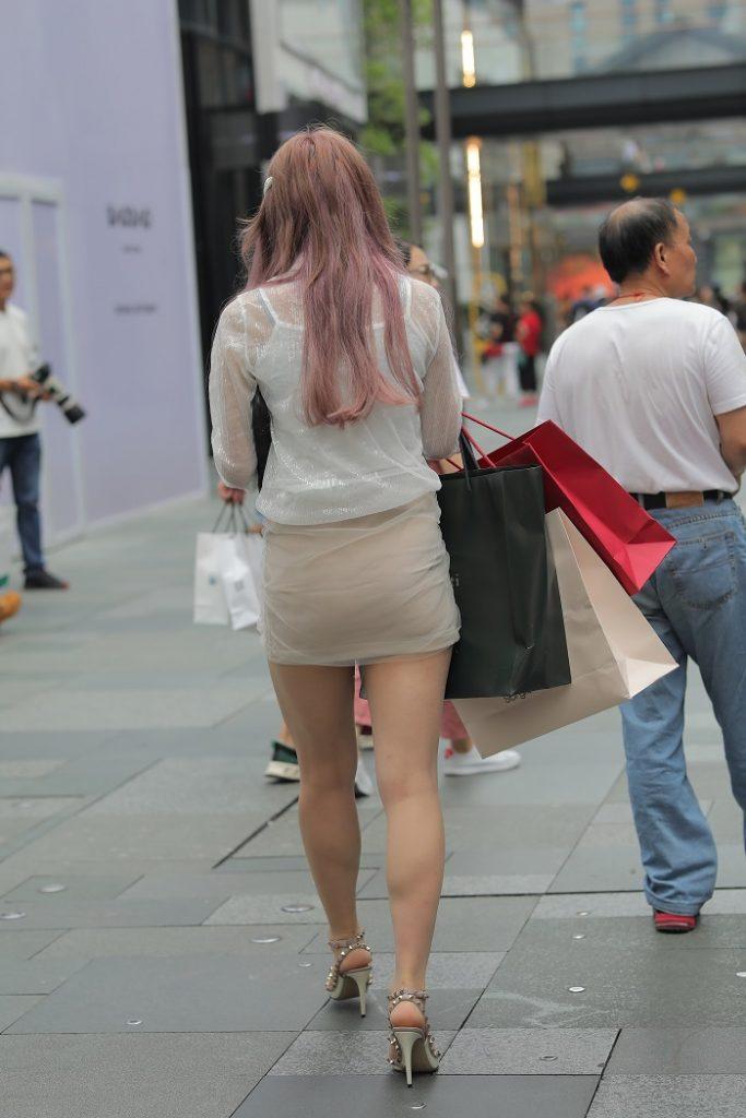 街拍时尚美女,购物满载而归!
