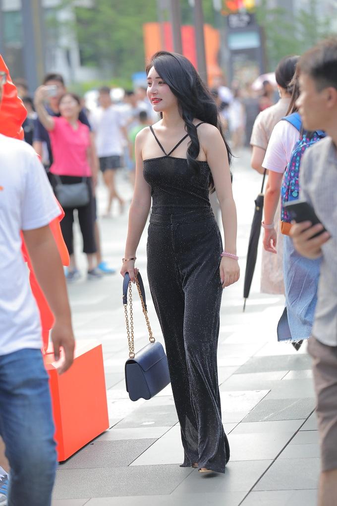街拍:时下很流行的连体衣,这身材太完美了。